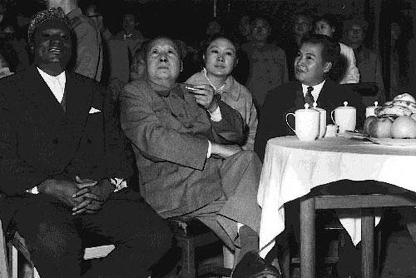 西哈努克与中国四代领导人都有很亲密的交往,尤其是与毛泽东周恩来图片