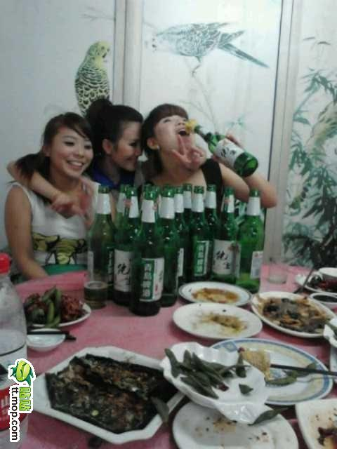 美女聚会喝酒吓坏网友 竖