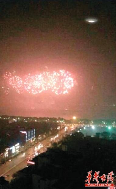 真实拍摄到的图片_长沙网友拍到疑似UFO图片 惊呼外星人来看烟花 - 今日关注 - 湖南 ...