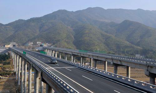 73公里的通平高速公路(湖南平江到湖北通城)建成通车.   摄-我省