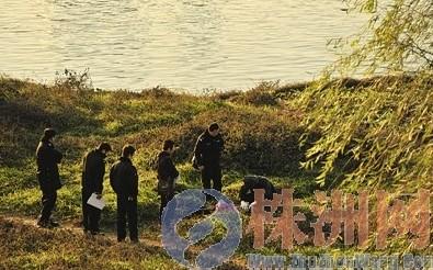 李龙/12月30日,河东四桥附近,图为法医在检查尸体见习记者李龙摄