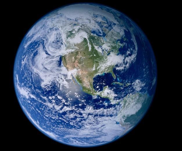 女人素颜照偶尔能看到,不知道生存在地球的我们,会否想过地球素颜照是怎样的呢?地球素颜照会不会和人类思维模式中那么美丽呢?原来,地球素颜照丑陋无比,外表凹凸不圆,还长满青春痘,样子像地瓜、石榴、轮胎,实在毁了三观。   近日,名为NASA中文的微博用户贴出了一张地球的素颜照,微博称从太空看我们的地球是一个美丽的球体,但是由于地心引力的作用,它并不是一个完美的圆球。事实上,赤道周围也因此向外隆起,形成一个备用轮胎结构,地球的两极长度比赤道要短,因此也没办法形成球体.