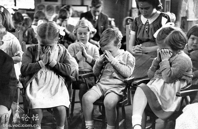 二战时,在老师的带领下为父母祈祷的英国儿童。