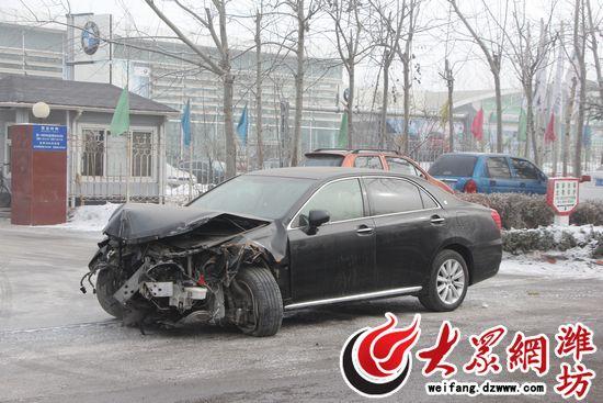 市民葛先生驾驶花费近40万购买的丰田皇冠轿车发生交通事故,车头撞烂