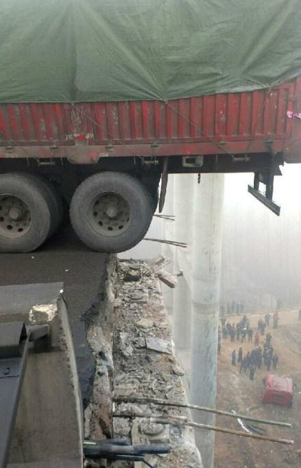 河南连霍高速大桥坍塌 现场十分惨烈(组图)