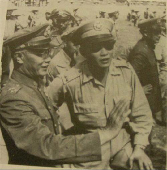 的国民党军照片,左边的是国民党军元老何应钦,右边的是后来因高清图片