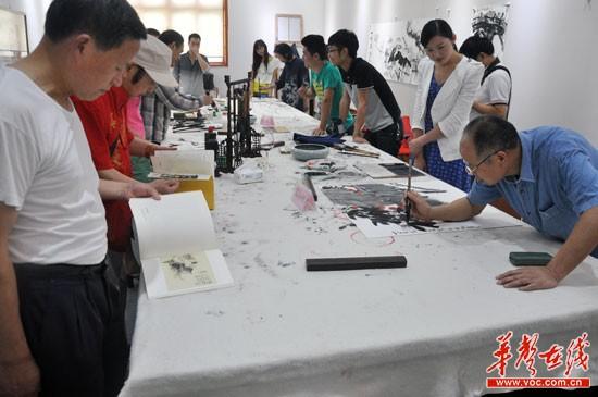 老满,本名曾辉,湖南宁乡人,毕业於长沙理工大学美术专业,绘画风格图片