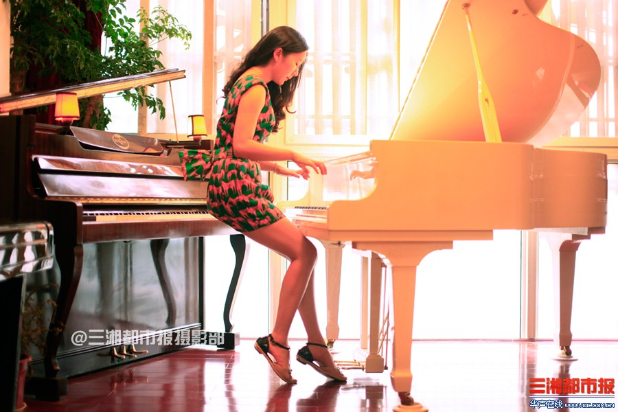 侧身弹钢琴