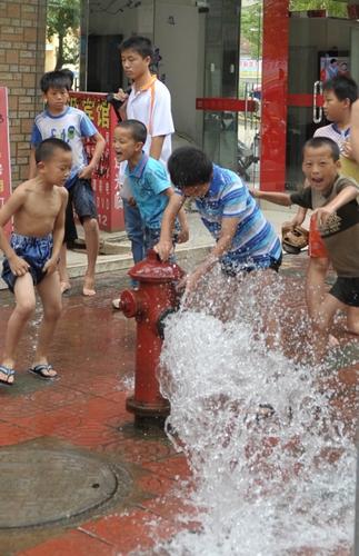 洗拖把水冲马桶节约用水图片