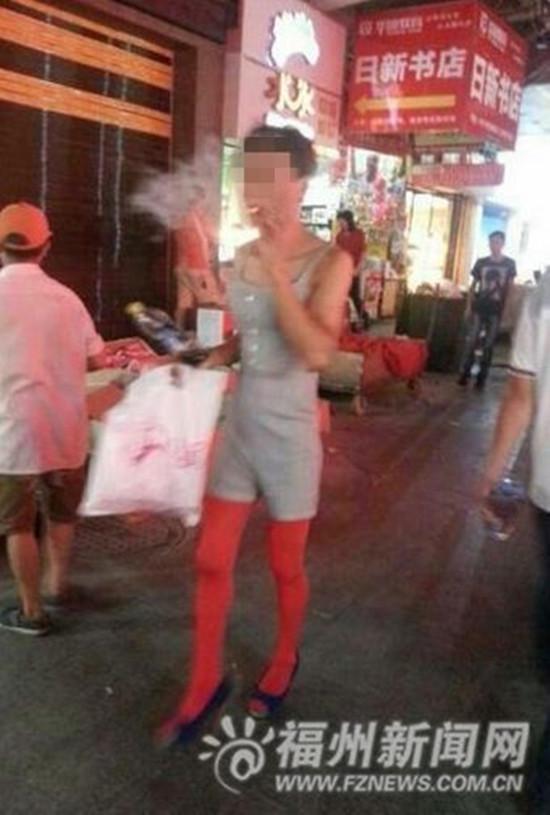 男子穿红丝袜脚踩恨天高 网友:毁三观/图 网