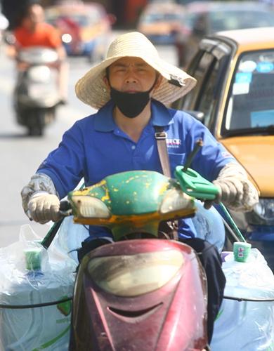 一名送水工载着七八桶饮用水在街上
