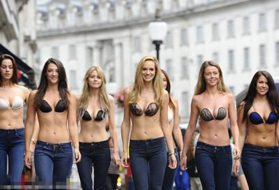 英国女子裸身画内衣短裤上街无人发现 图片 87k 438x575