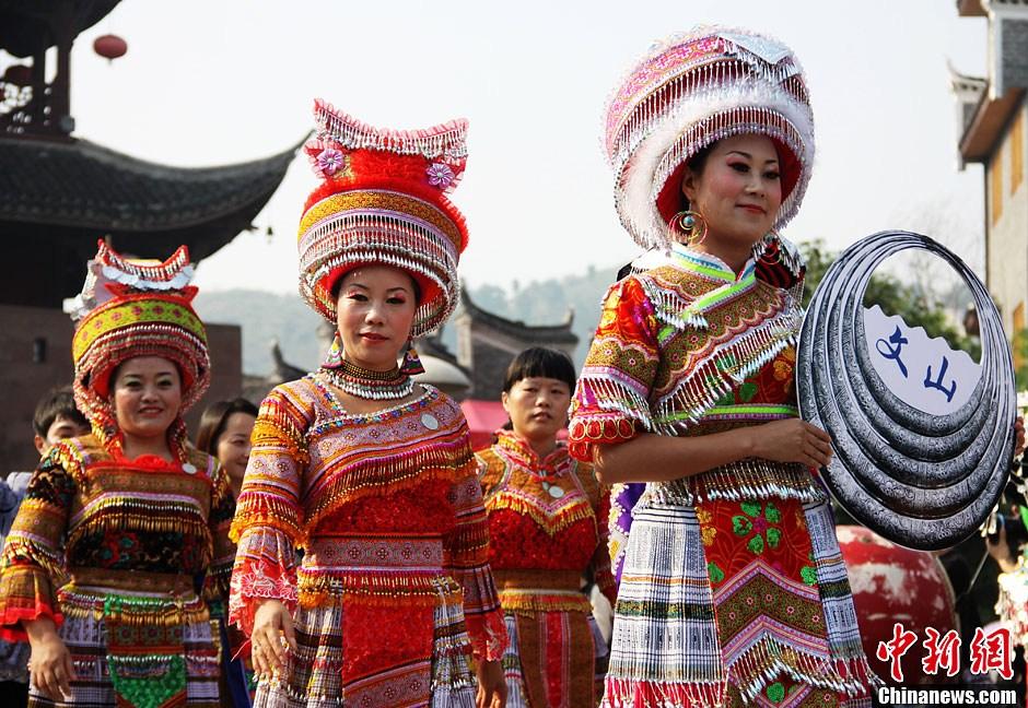 中国凤凰第四届苗族银饰服饰文化节在凤凰古城开幕图片