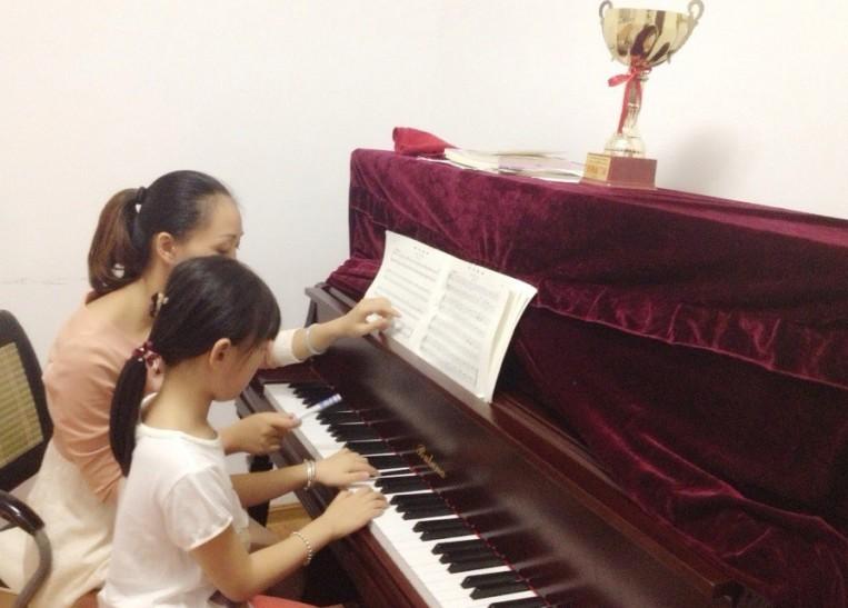 儿童弹钢琴