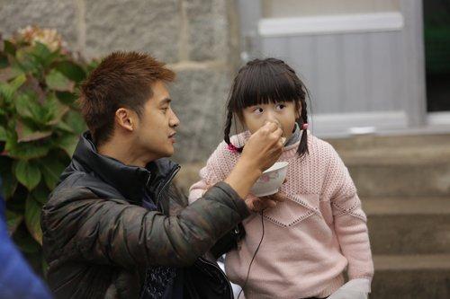 田亮与女儿森蝶在《爸爸》中图片