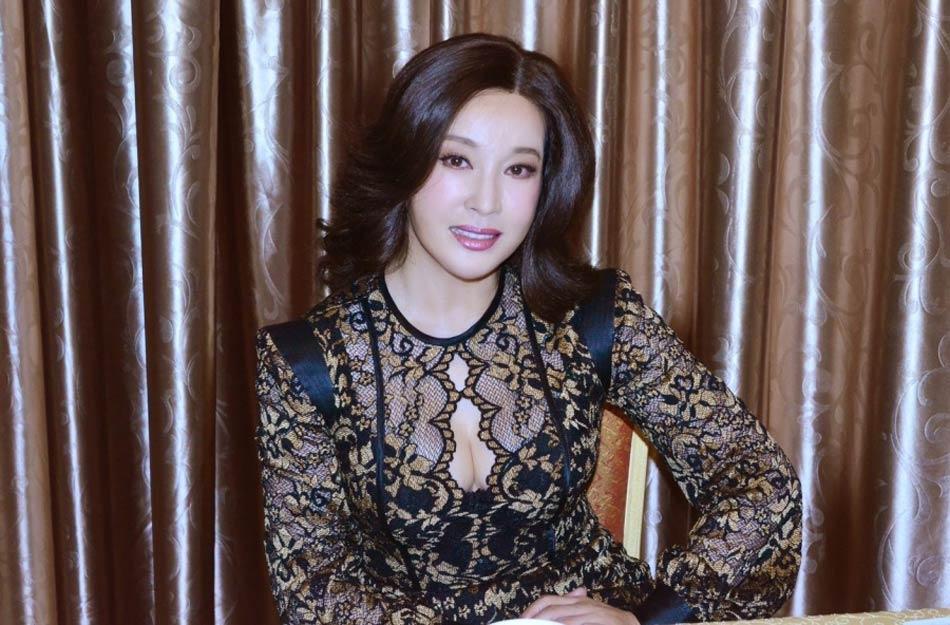 刘晓庆/近日,58岁的刘晓庆在微博上晒出身穿黑色蕾丝透视装参加代言...