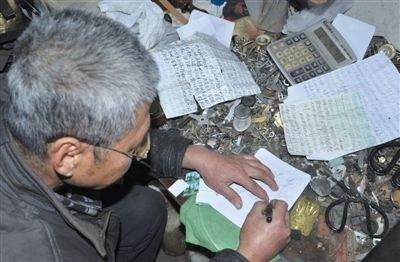 密密麻麻的寄信记录-信阳拾荒老人八年捡到上千证件 自费寄给失主