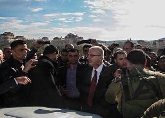 巴勒斯坦总理车队遭以军拦截2小时