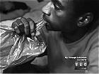 卡扎菲淫窟遭曝光 美国男子16年吃6万个塑料袋