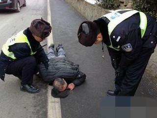 老人与巡警上演现实版扶不扶 道德是道选择题?