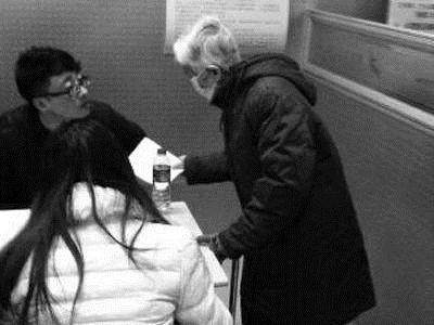 80岁老人拄拐杖代孙子找工作 公众先别急着开骂