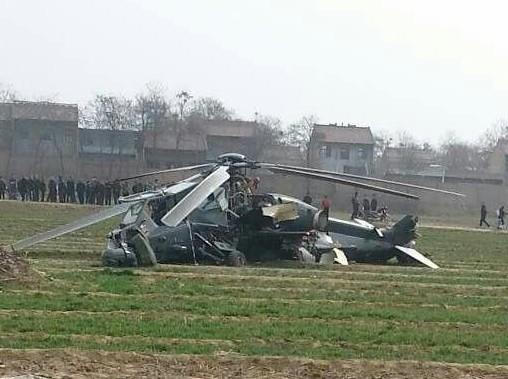 飞机坠落农田 2人受伤