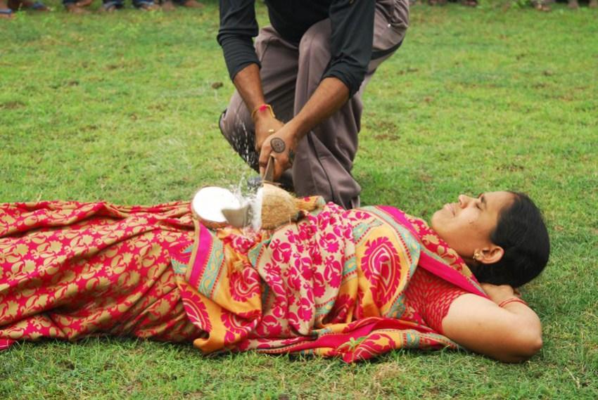 男子在妻子胸口砍椰子