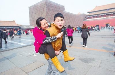男子背患癌妻子逛北京