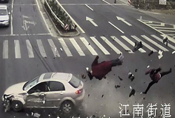 夫妇闯红灯被撞飞瞬间