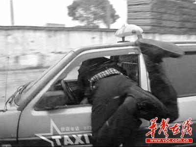 交警探身入驾驶室欲拔车钥匙