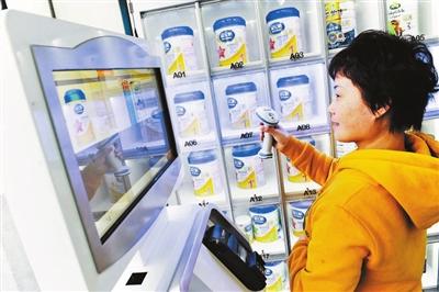 在药店购买奶粉需要使用自助扫描设备,反复操作让不少消费者晕头转向摄影/本报记者 袁艺