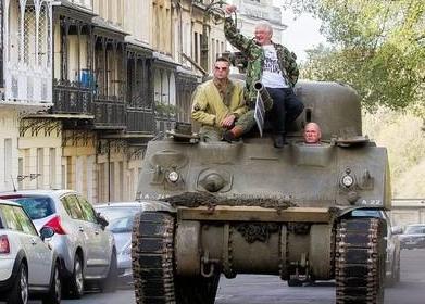 英市民驾坦克上街抗议