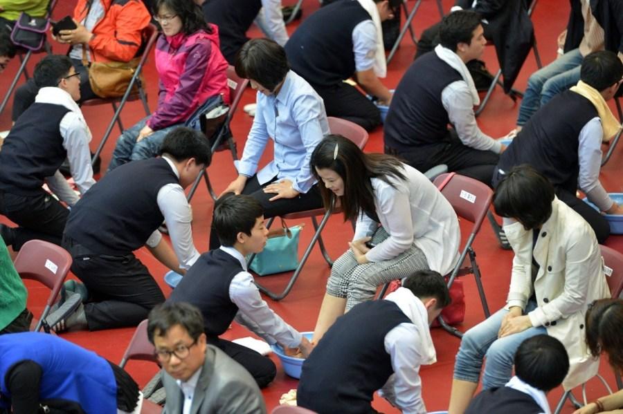 韩国高中生跪地为父母洗脚