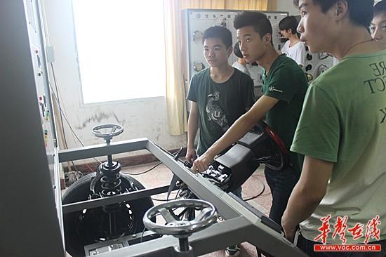 娄底技师学院学生正在开展车床实训.-中国技师计划 娄底启动 助力贫