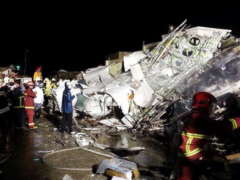 台湾一客机迫降时重摔起火造48人死亡