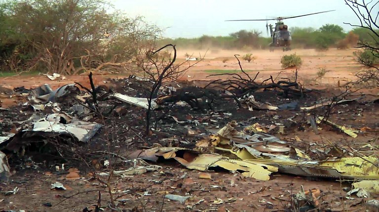 现场/阿航客机坠毁现场:残骸遍地士兵持枪守卫