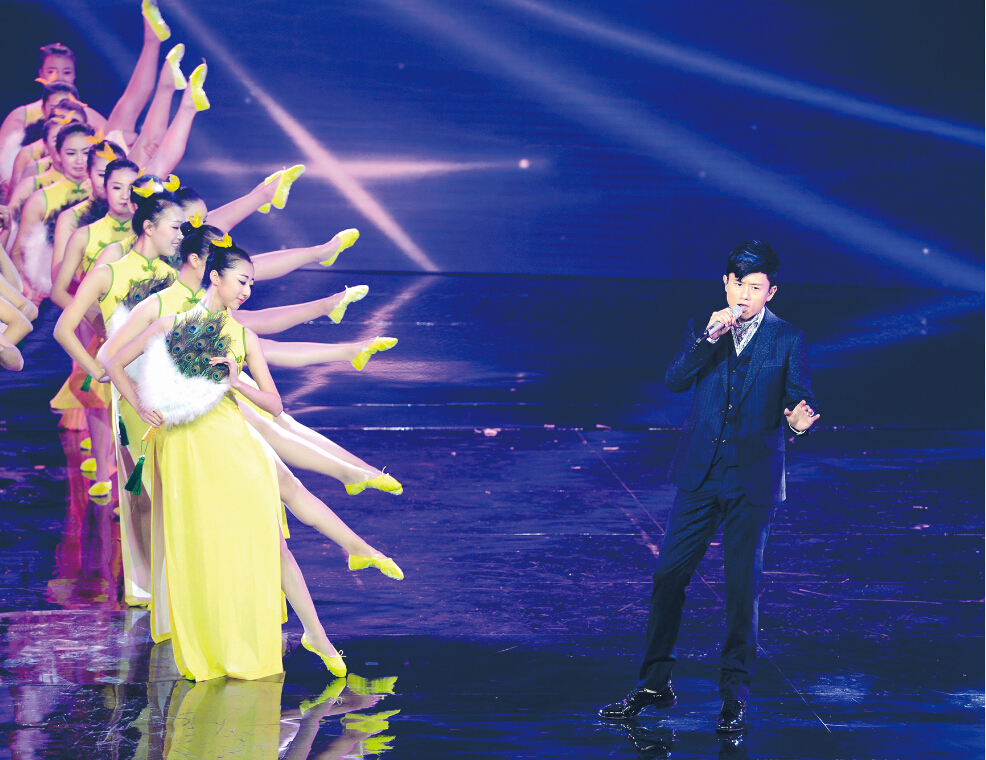 为当晚开幕式上张杰在演唱歌曲《终于等到你》.本报记者 徐行 摄-