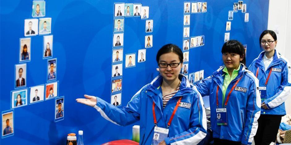 APEC领导人会议周启幕 志愿者拼出笑脸墙