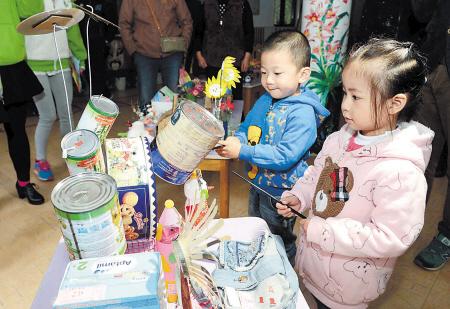 孩子们用废弃的报纸制作的长裙,旧塑料袋或旧床单做的风衣,氢气球作为