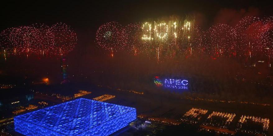 北京为APEC会议举行焰火表演