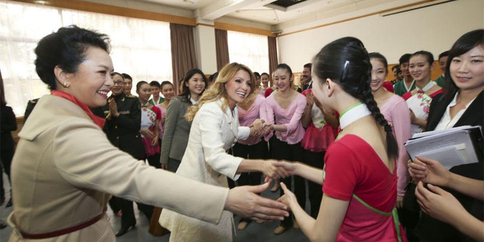 彭丽媛邀墨西哥总统夫人参观解放军艺术学院
