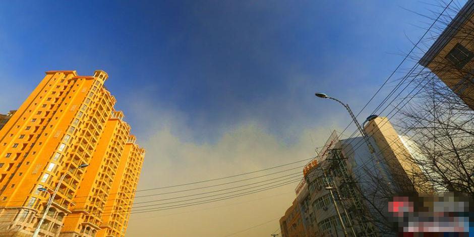 乌鲁木齐遇大风黄沙侵袭 城市上空现两重天
