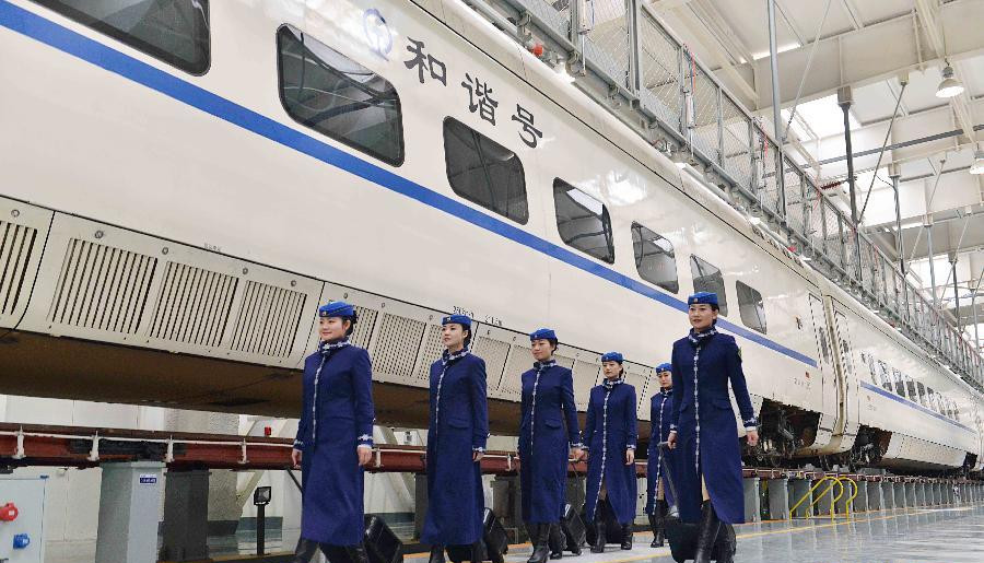 """内蒙古将首次开通动车 动车乘务员靓丽""""登场"""""""