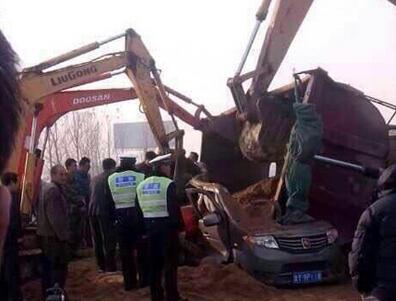 山东蓬莱:货车与面包车相撞
