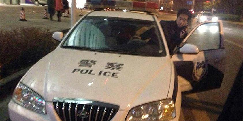 """河南一民警驾警车撞讨薪者 为房企老总""""护驾"""""""