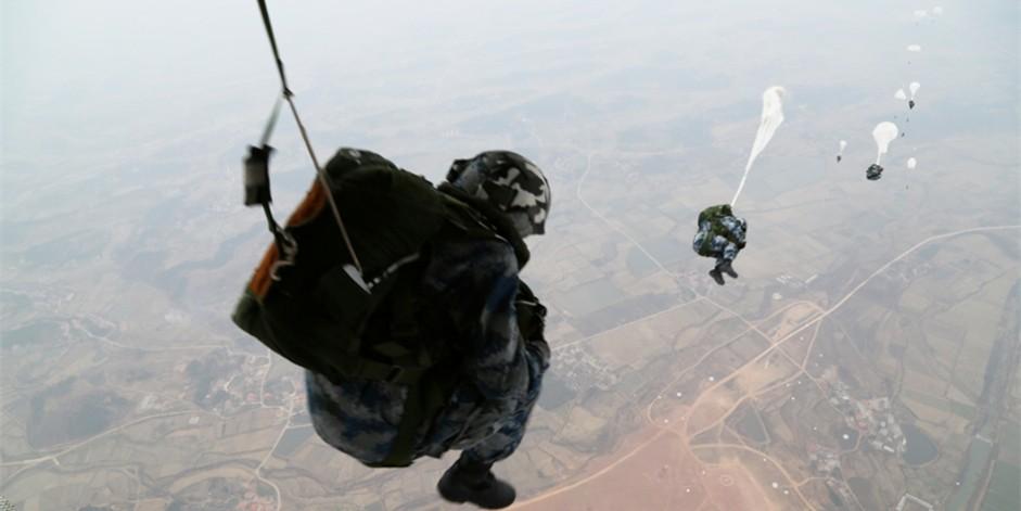 首次进行大飞机跳伞