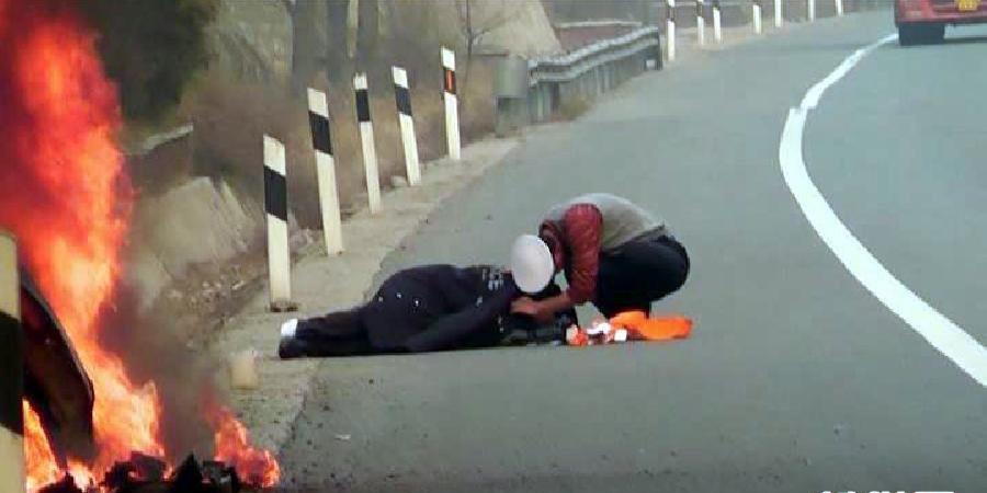 山西交警事故现场脱棉衣救护伤者