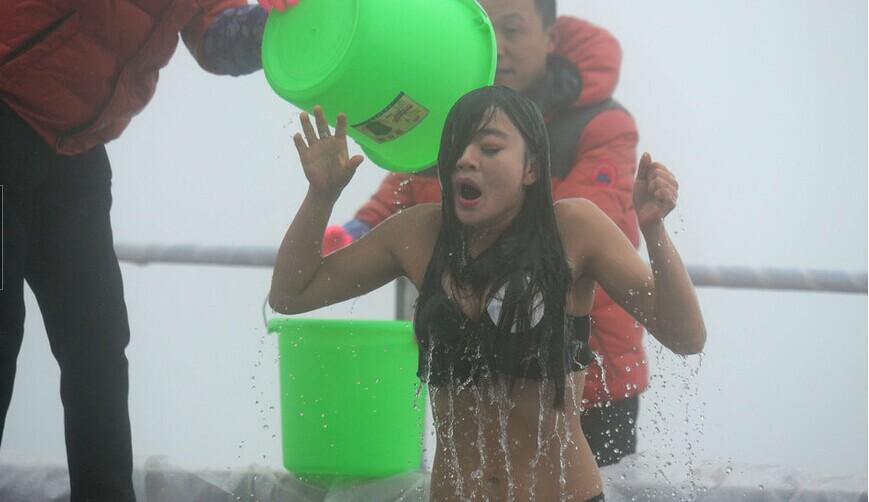 冰桶挑战赛 张家界美女上演湿身诱惑
