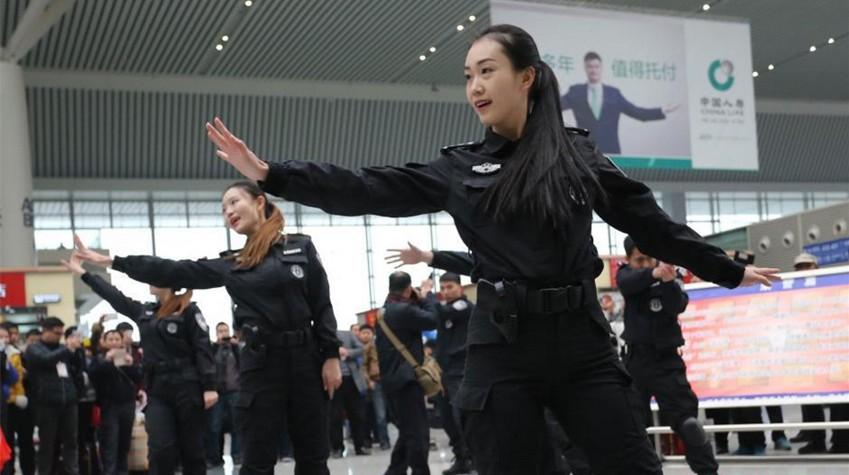 郑州铁路警花擒拿格斗保春运