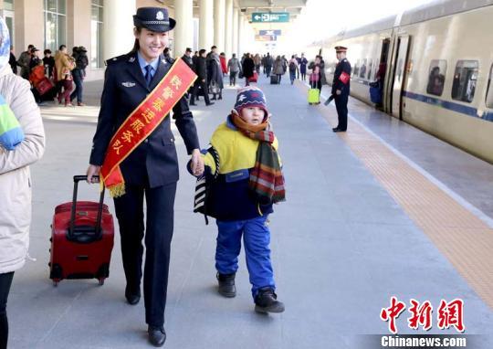 新疆铁警小分队志愿服务暖人心